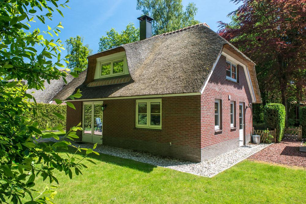 Deze luxe vakantiewoning in Epe heeft een fijne tuin en veel privacy rondom het huis